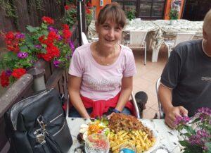 Schnitzel und Pommes - Salat und Pfifferlinge waren Zugaben
